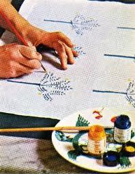 Asciugare t-shirt dipinte a mano con colori per tessuto