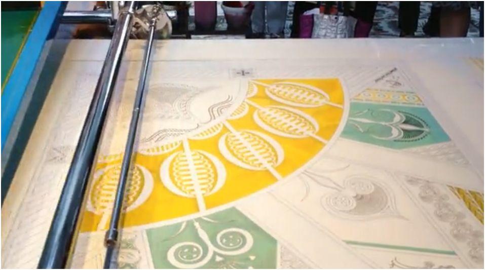 I foulard di seta? Hermès li stampa in serigrafia.