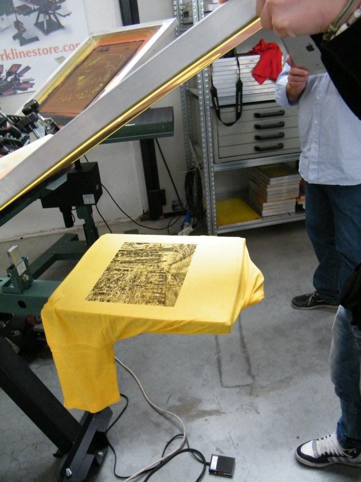 Stampare su tessuti con un banco manuale. Diverse possibilità