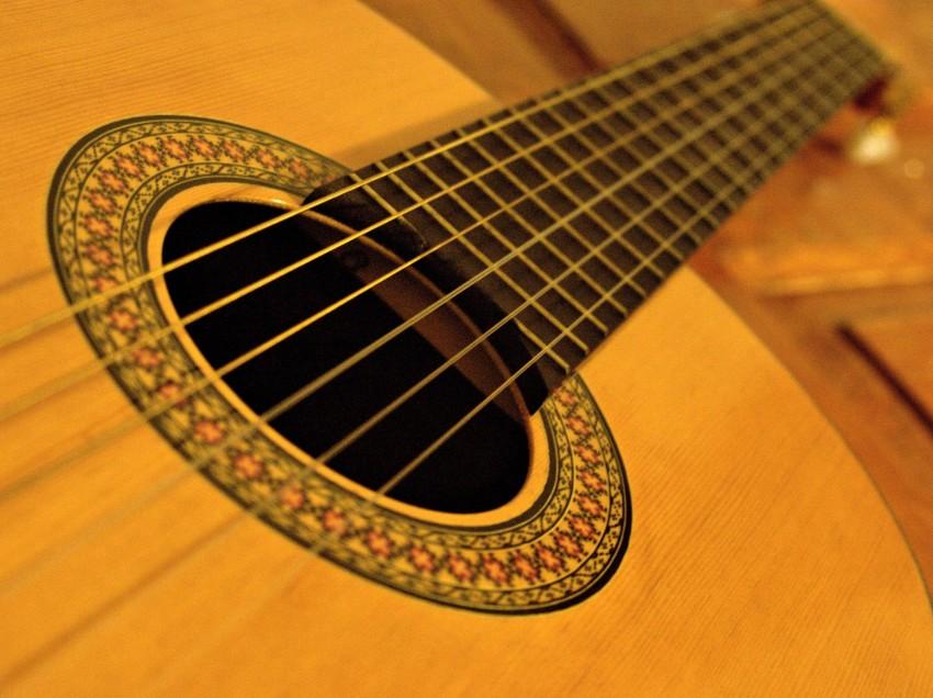 Serigrafare e dipingere su una chitarra