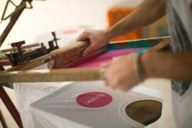 Come evitare che la t-shirt resti attaccata al telaio in fase di stampa