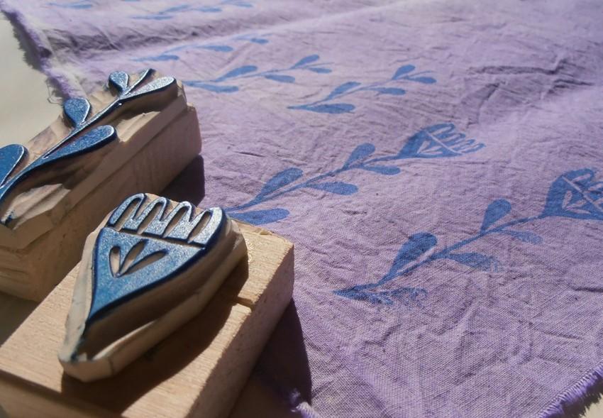 Dipingere su tessuto con timbri, stencil e inchiostri serigrafici