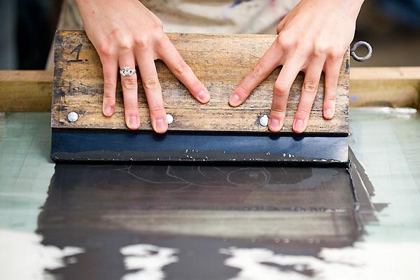 Come stampare su sagome in legno con la serigrafia usando il telaio come stencil