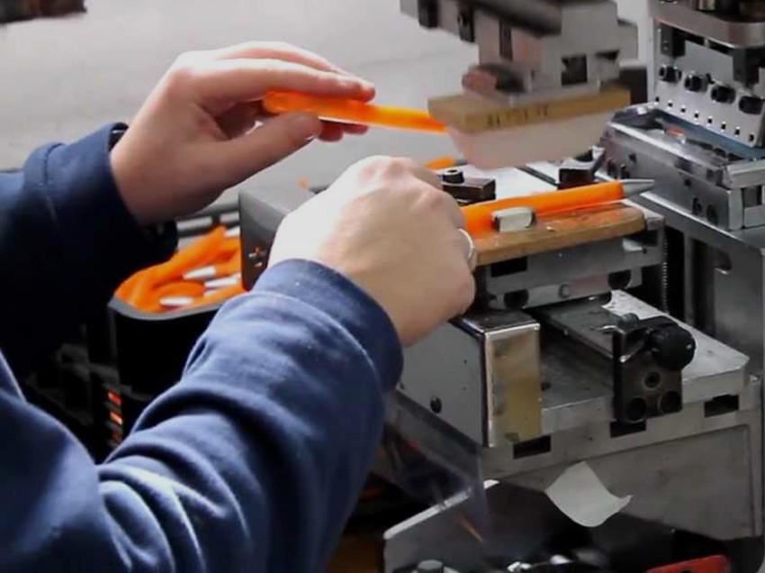 Quale inchiostro usare per stampare su penne e accendini in tampografia?