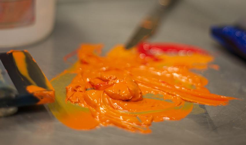 Inchiostro arancione su fondo scuro. Come risolvere i problemi di coprenza