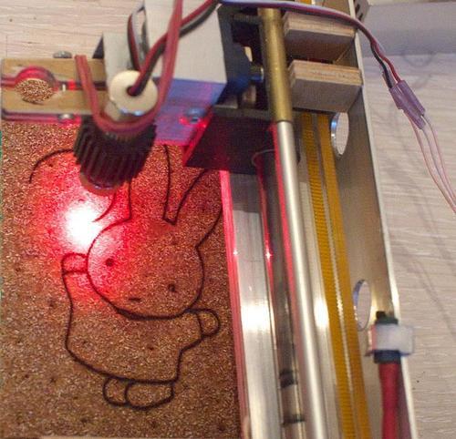 Plotter a tecnolgia laser per intagliare vari materiali