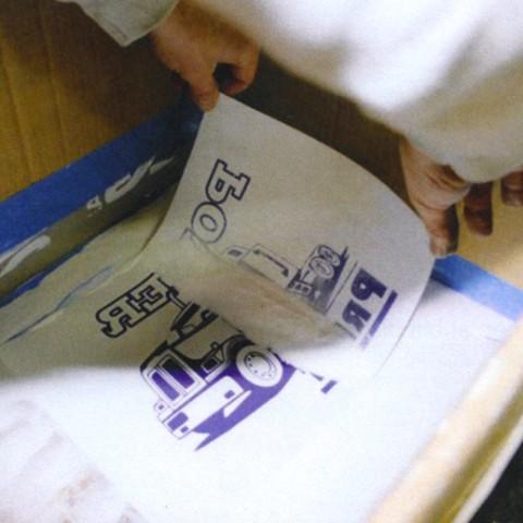 Polvere adesiva fine per transfer serigrafico. Come rimuoverla dalla carta transfer