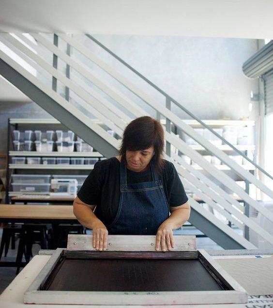 Serigrafia: il trucco per stampare il colore bianco sopra il rosso