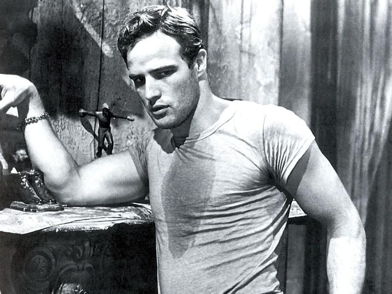 Marlon Brando con la sua t-shirt bianca e sudata